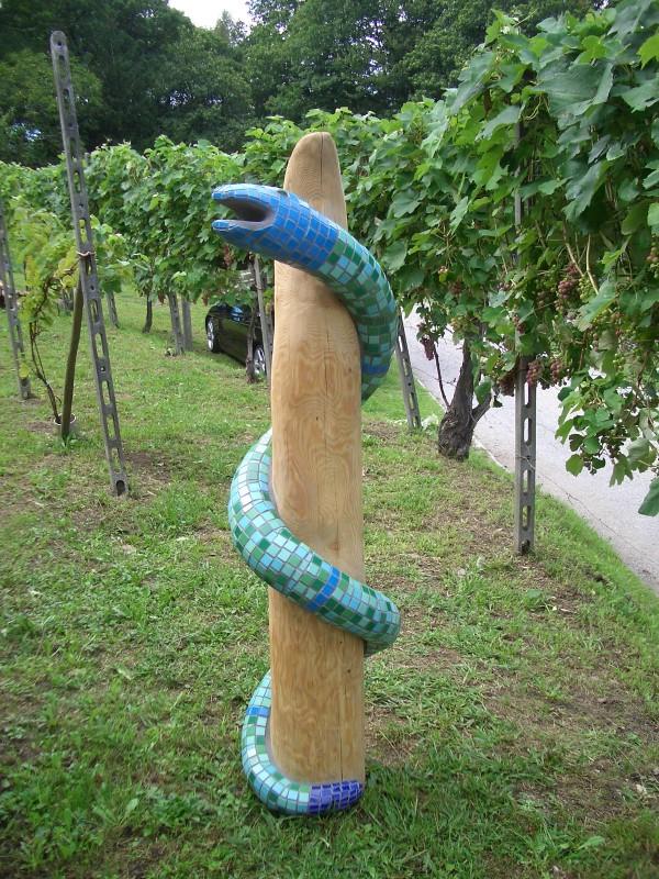 Schlange an Stamm
