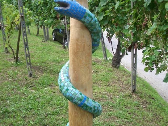 Schlange am Stamm